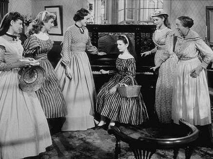 La familia con la criada reunida con el típico piano de pobre.