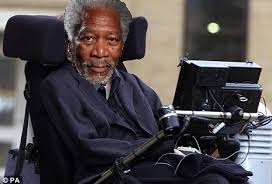 Stephen Hawking es interpretado por Morgan Freeman.